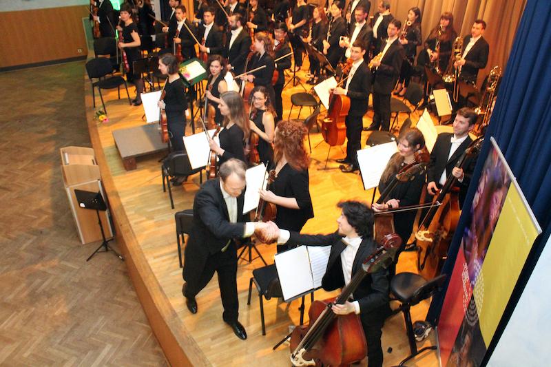 Dirigent Andreas Schulz dankt dem Orchester.