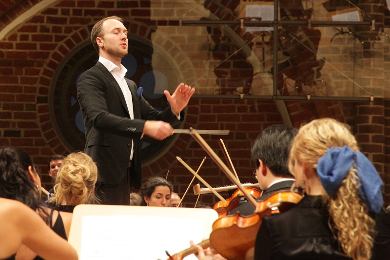 Chefdirigent Andreas Schulz gibt bei der Neuen Philharmonie MV den Takt an. Foto: Thomas Türülümow