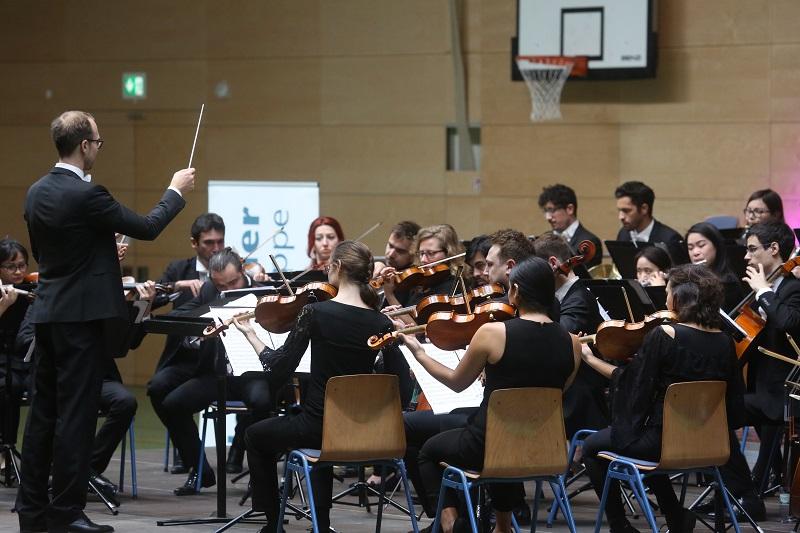 Konzert in der Sporthalle: Das junge Demminer Publikum verfolgte gebannt und begeistert diese besondere Musikstunde. Foto: Georg Wagner